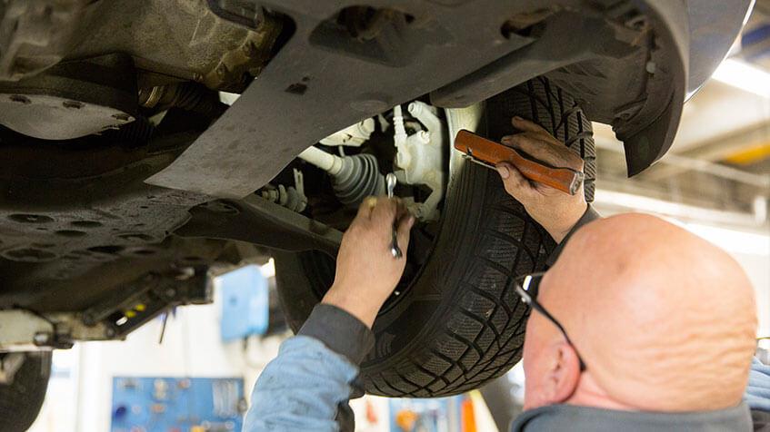 mekaniker udføre bremseservice